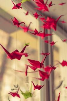 折り紙の鶴が天井にぶら下がっています