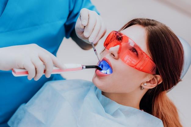 Врач ортодонт осматривает больного после чистки зубов