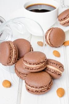 フランスの伝統的なデザートチョコレートマカロンとコーヒークリーム