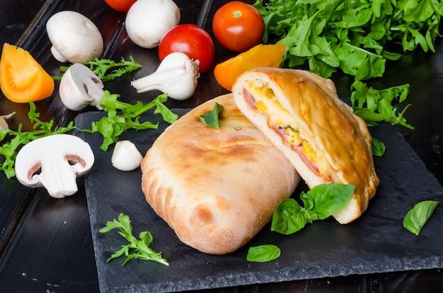 ピザソース、トマトソース、チーズ、ハーブ、マッシュルーム、ソーセージ。イタリア料理。