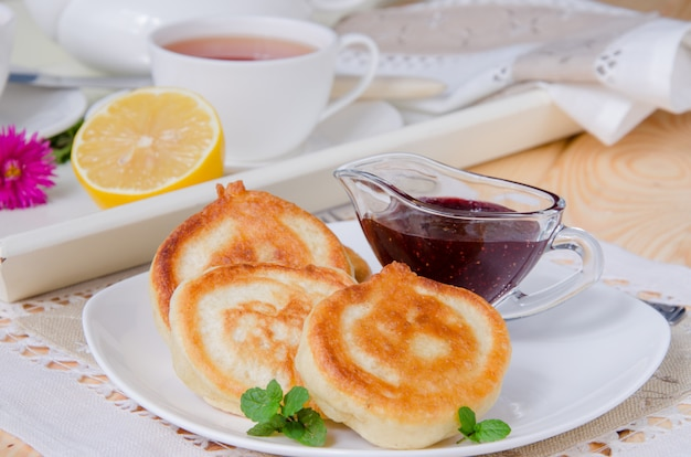 ジャムとケフィアの伝統的なロシアの緑豊かなパンケーキ