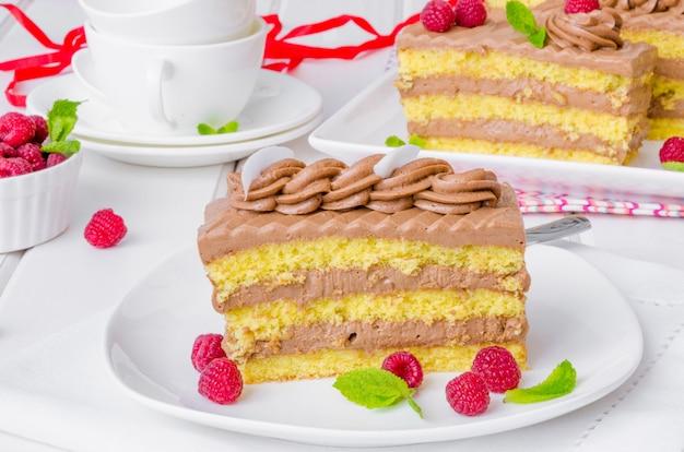 Ванильный торт с шоколадным кремом и малиной