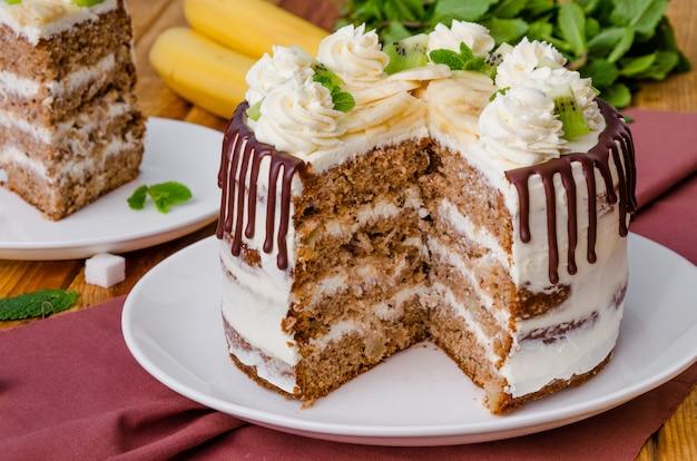 Домашний фруктовый пирог с колибри с грецкими орехами и корицей