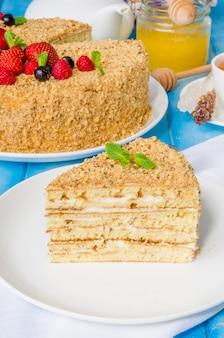 サワークリームとベリーの自家製ハニーケーキ。