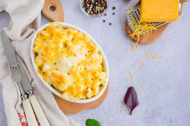 ベーキングフォームのチーズと伝統的な焼きマカロニ