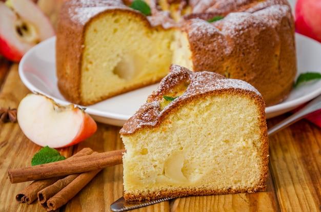 シナモンとキャラメルソースのおいしいアップルパイ。伝統的な秋のケーキシャーロット。