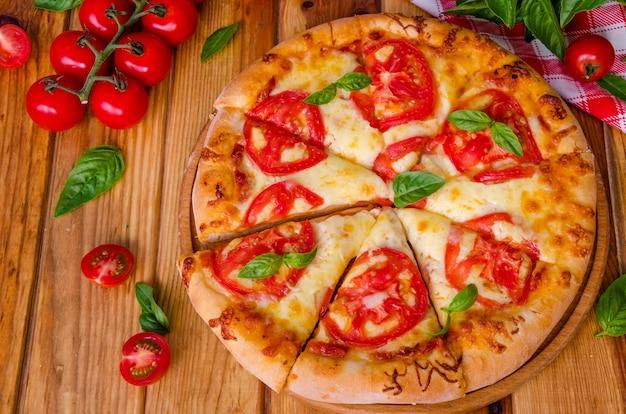トマトとモッツァレラチーズの伝統的なイタリアのピザマルガリータ