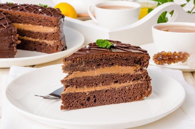 チョコレートレイヤーケーキとバタークリーム。プラハの伝統的なケーキ。ロシア料理