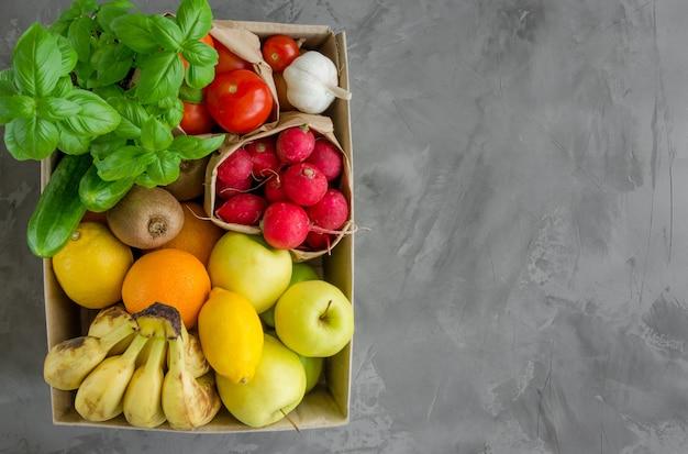 Ящик для пожертвований со свежими органическими фруктами, овощами и зеленью. доставка здоровой пищи на дом.