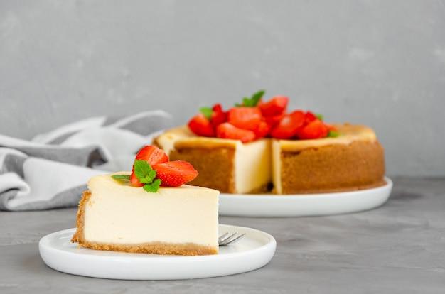 新鮮なイチゴと自家製チーズケーキ