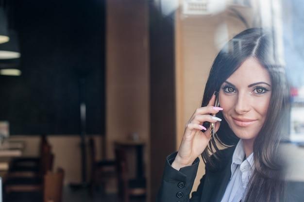 電話で話している美しい目を持つ少女