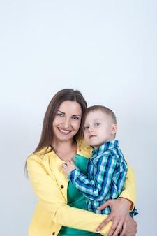 ママと座っているシャツの少年