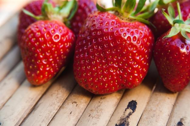 木製の表面の果実ジューシーなイチゴ