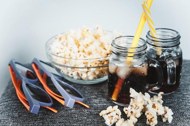 Запотевшие бутылки колы со льдом и свежей кукурузой