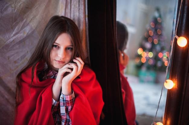 Девочка-подросток прятала красное одеяло