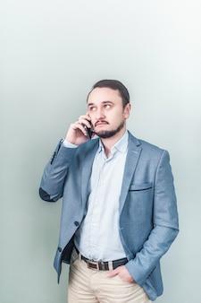 電話で話している男性