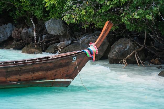 タイの白い砂浜にボートが係留されました