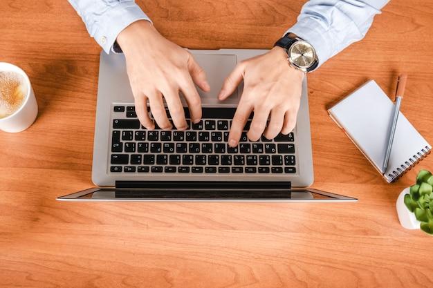 Мужчина работает в офисе за компьютером. директор рабочего места или предприниматель. плоская планировка