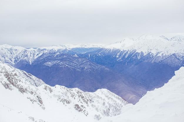 山の冬のパノラマビュー。山の寒い冬のメール曇りの日