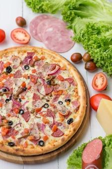 木製のテーブルでおいしいピザ