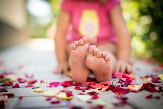 赤ちゃんの足とバラの花びら