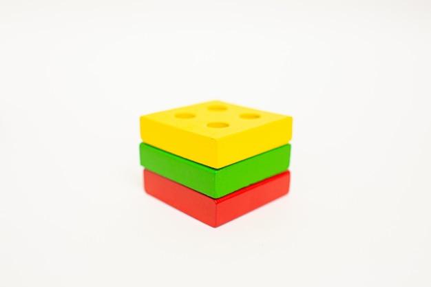 おもちゃの木製ブロック、多色の建築建設レンガリトアニアの国旗。早期教育