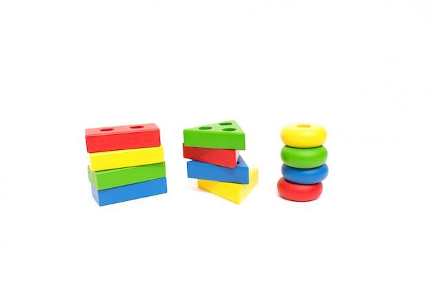 おもちゃの木製ブロック、多色の建築用れんが。早期教育のコンセプト