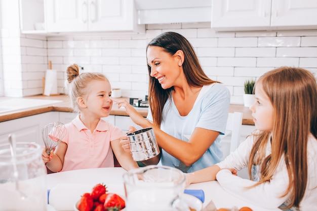 Мать и две дочери пекут