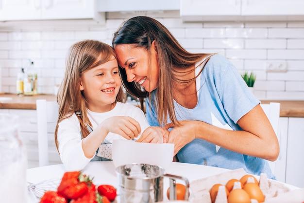 Мать и дочь пекут дома