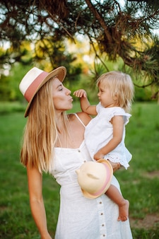 金髪少女と夏の公園で中年の母親の家族。子供の頃、シングルマザー、年齢両親のコンセプト。