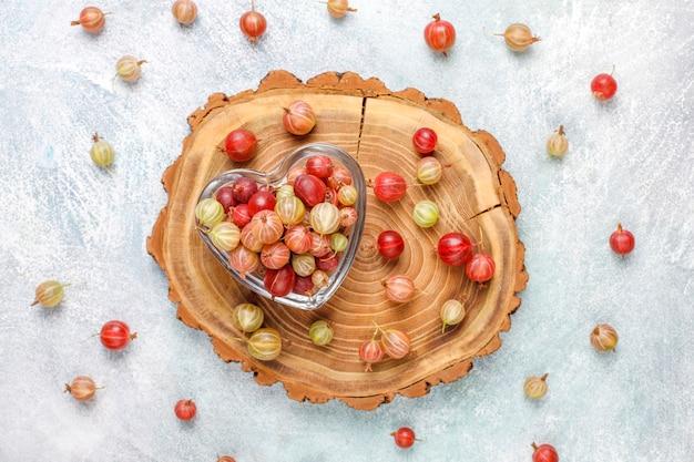 ボウルに新鮮な有機甘いグーズベリー