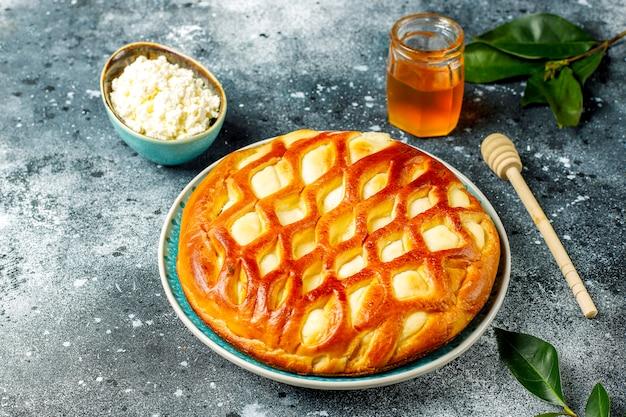 新鮮なカッテージチーズと蜂蜜のおいしい自家製カッテージチーズのパイのタルト