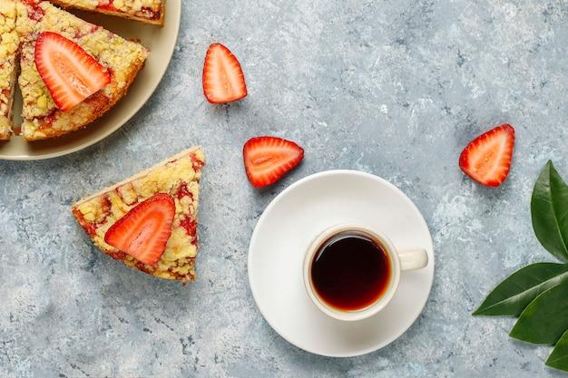新鮮なイチゴのスライスとおいしい自家製イチゴのクランブルケーキ
