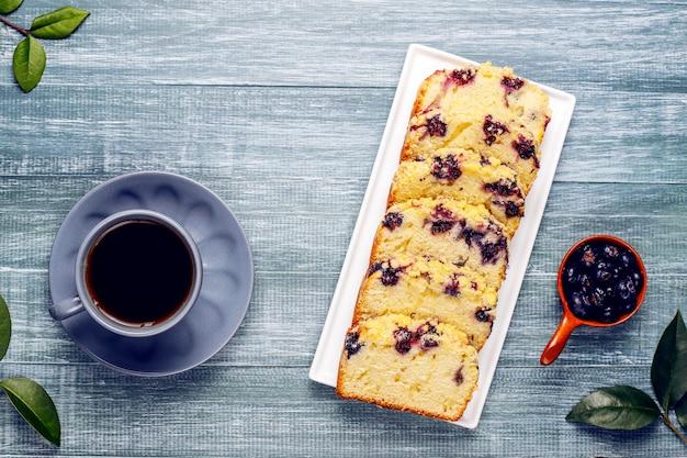 Самодельный вкусный пирог с черникой и замороженной черникой