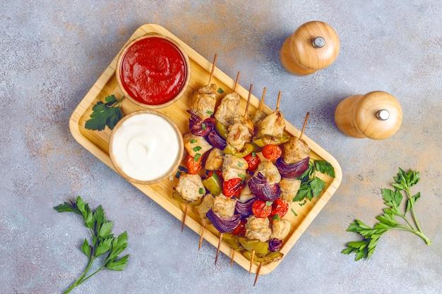 チキンシシカバブ、野菜、ケチャップ、マヨネーズ