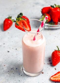 新鮮なイチゴのミルクセーキ、スムージー、新鮮なイチゴ、健康食品、飲み物のコンセプトのガラス。