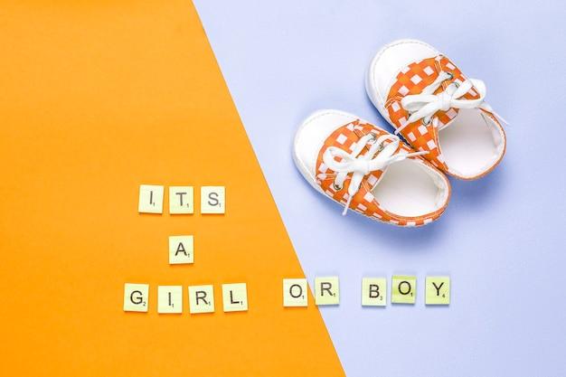 「それは女の子」または「それは男の子」のレタリングが付いたベビーシューズまたは幼児用シューズの上面図。