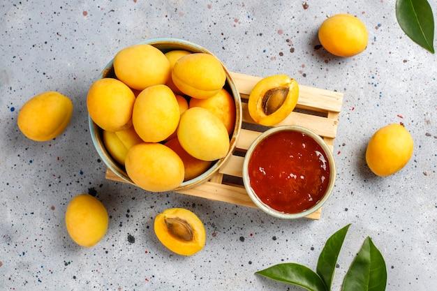 アプリコットの新鮮な果物と自家製のおいしいアプリコットジャム