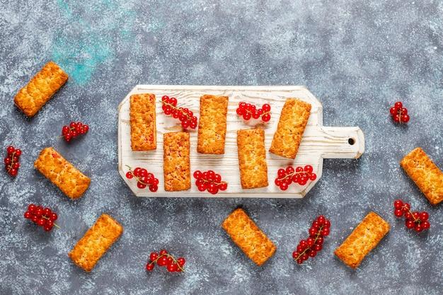 新鮮な果実とおいしい自家製赤スグリのジャムクッキー。