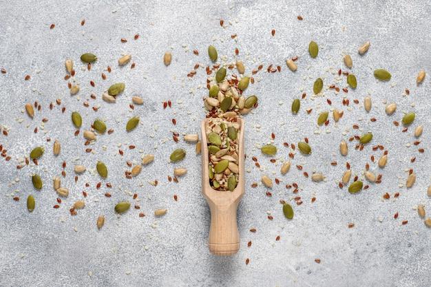 さまざまな種子-ゴマ、亜麻の種子、ヒマワリの種、サラダ用のカボチャの種。