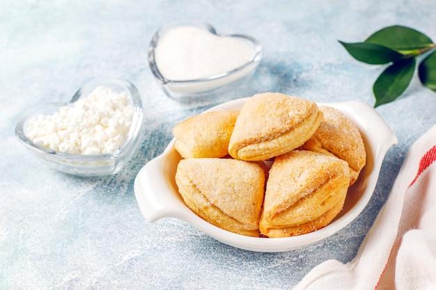 カッテージチーズと砂糖のクッキーカラスの足の三角形のクッキー、トップビュー
