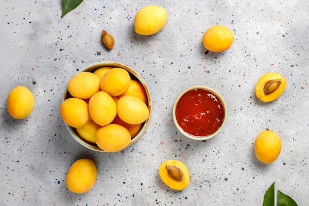 アプリコットの新鮮な果物と自家製アプリコットジャム。