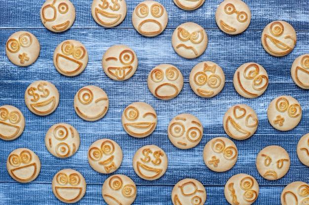 Смешные печенья с разными эмоциями, улыбающиеся и печальные печенья