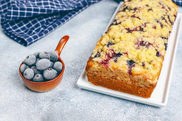 Домашний вкусный пирог с черникой и замороженной черникой, вид сверху