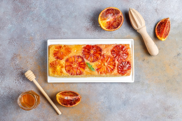 ブラッドオレンジとおいしいフランスのデザートのタルト。