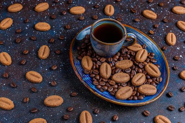 Кофе в зернах в форме печенья и кофейных зерен.