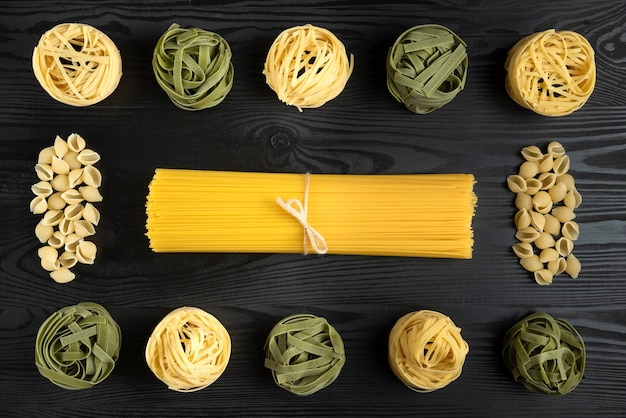黒いテーブルの上のイタリアのパスタの品種