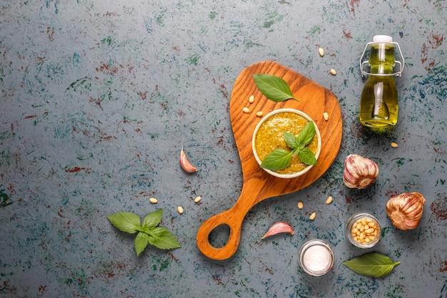 イタリアのバジルペストソースと料理の食材。