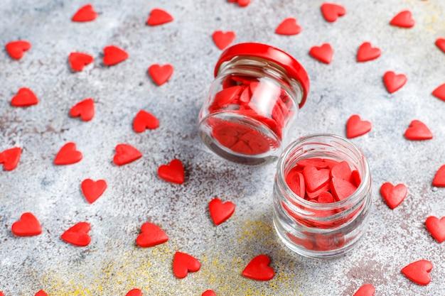 バレンタインデーの赤いハート型の振りかける。
