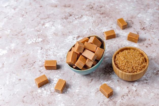 Вкусные соленые карамельные конфеты с морской солью, вид сверху